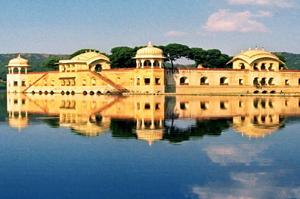 jalmahal Orchha's temples Deserts Palaces Ganges tour 13 Days