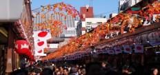 People_floating_to_Asakusa_Temple_through_Nakamise_Street-960