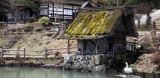 Traditional_style_thatched_wooden_buildings_in_Takayama_Japan