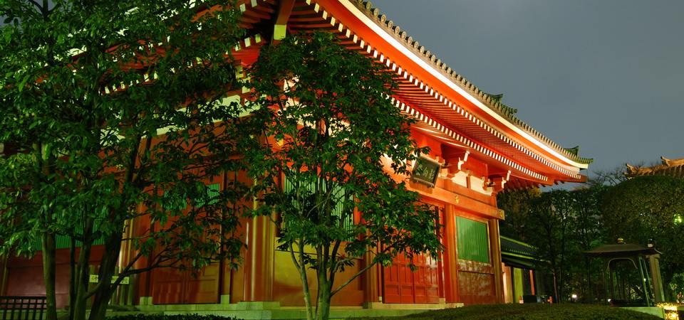 colorful_japanese_temple_at_moonlight_asakusa.jpg960